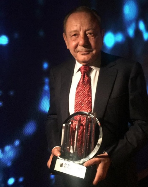Wasef-Jabsheh,-IGI-CEO-collecting-the-Jordan-EY-Entrepreneur-of-the-Year-Award